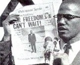 "Malcolm X con una copia del ""Muhammad Speaks"""